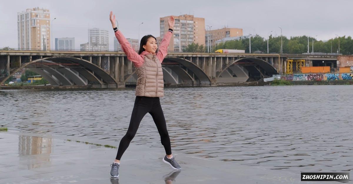 3048952|女人在河岸健身跳动运动4K视频素材插图