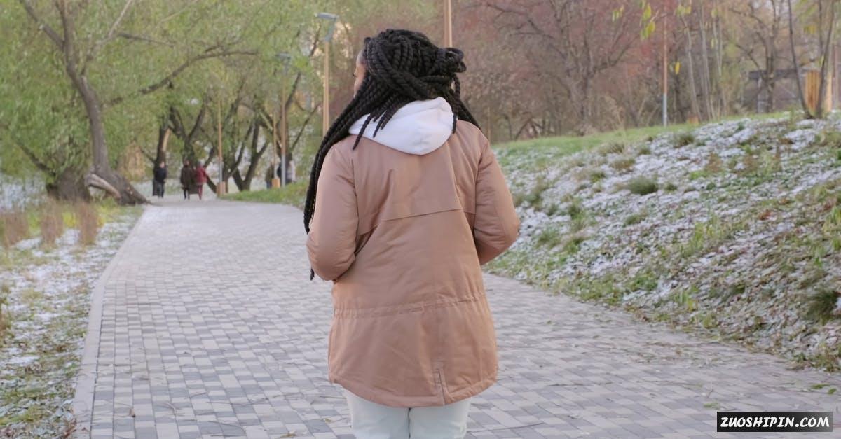 3253083|冬季的公园女人背影4K视频素材插图