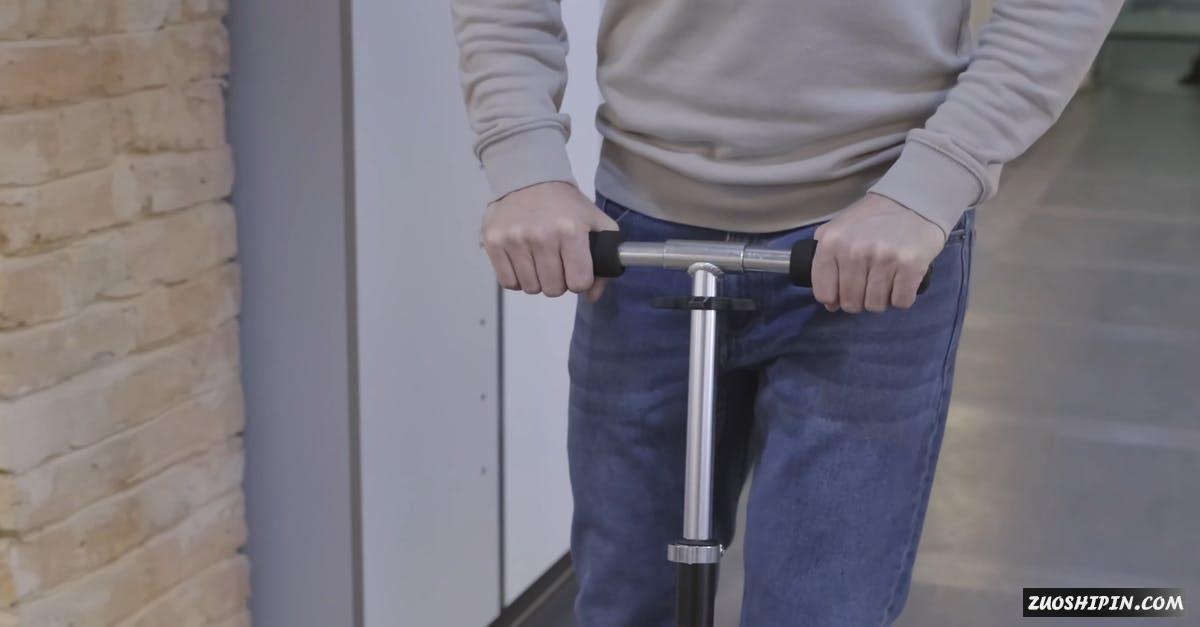 3252064|男人运用滑板车在室内4K视频素材插图